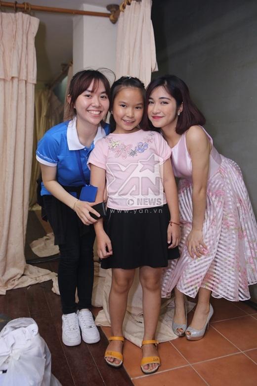Hòa Minzy chụp ảnh cùng một fan nhí - Tin sao Viet - Tin tuc sao Viet - Scandal sao Viet - Tin tuc cua Sao - Tin cua Sao