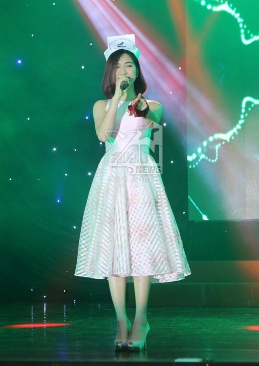 Hòa Minzy cũng gửi đến khán giả 2 ca khúc đang được khán giả rất yêu mến đó là Thư gửi anh và Yêu - Tin sao Viet - Tin tuc sao Viet - Scandal sao Viet - Tin tuc cua Sao - Tin cua Sao