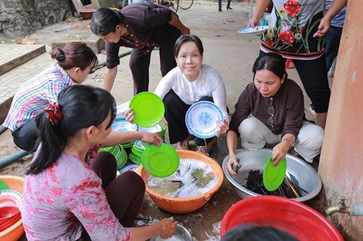 Việt Hương không ngần ngại lăn vào bếp phụ bà con rửa bát. - Tin sao Viet - Tin tuc sao Viet - Scandal sao Viet - Tin tuc cua Sao - Tin cua Sao