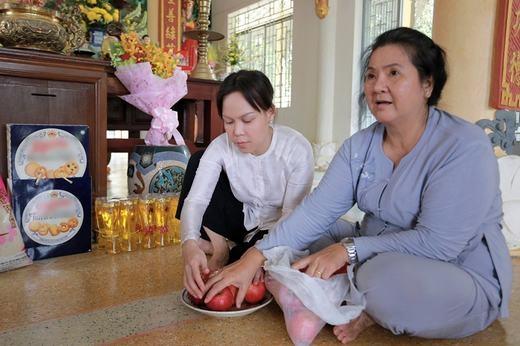 Việt Hươngcũng không quên ghé thăm ngôi chùa Long Phú để dâng hương lễ chùa nhân Lễ Phật Đản đang đến gần. - Tin sao Viet - Tin tuc sao Viet - Scandal sao Viet - Tin tuc cua Sao - Tin cua Sao