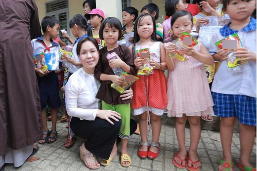 Việt Hương lăn xả rửa chén giúp người dân - Tin sao Viet - Tin tuc sao Viet - Scandal sao Viet - Tin tuc cua Sao - Tin cua Sao