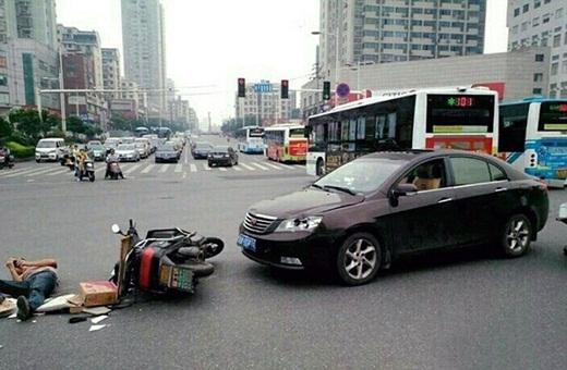 Choáng với anh chàng bị tông xe nhưng vẫn mải mê…bấm điện thoại