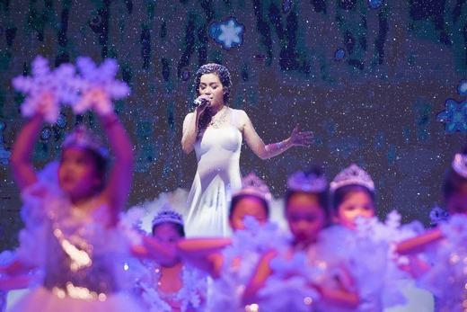 Ngọc Anh hóa thân thành công chúa băng giá hát tặng cho học sinh trường. - Tin sao Viet - Tin tuc sao Viet - Scandal sao Viet - Tin tuc cua Sao - Tin cua Sao
