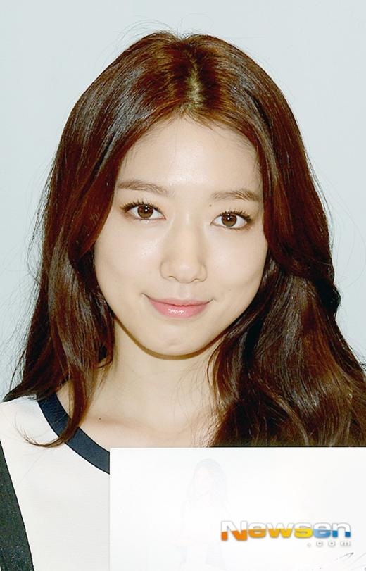 Park Shin Hye xinh đẹp như búp bê, thân thiện hết mức tại sự kiện