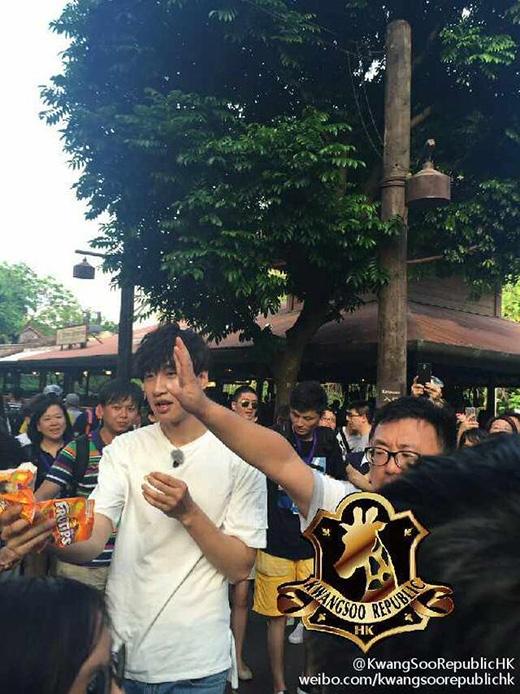 Fan đu lên người Lee Kwang Soo để chụp hình
