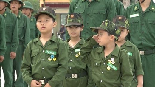 Cậu nhóc với phong thái nghiêm túc khi được trao chức chỉ huy của tiểu đội Bố ơi. - Tin sao Viet - Tin tuc sao Viet - Scandal sao Viet - Tin tuc cua Sao - Tin cua Sao