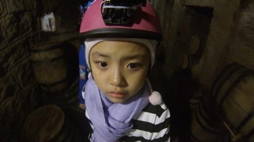 Vẻ mặt hoảng loạn của Suti khi phải đi vào căn hầm tối giữa khuya. - Tin sao Viet - Tin tuc sao Viet - Scandal sao Viet - Tin tuc cua Sao - Tin cua Sao