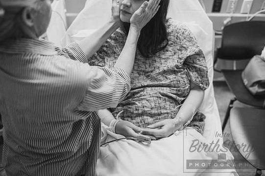 Những khoảnh khắc trong phòng sinh làm rung động trái tim nhiều người
