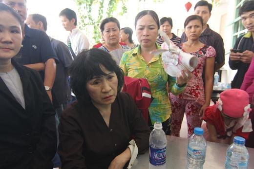 Cô Huỳnh Thị Cẩn thất thần kể lại sự việc