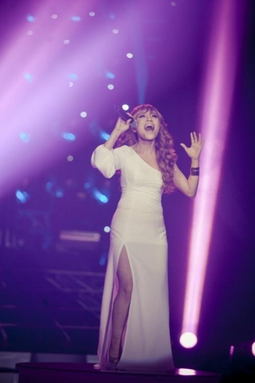 Với sự nỗ lực không ngừng, Nhật Thủy đã dồn hết tâm huyết cho tiết mục hóa thân thành Celine Dion với ca khúc All by myself. - Tin sao Viet - Tin tuc sao Viet - Scandal sao Viet - Tin tuc cua Sao - Tin cua Sao