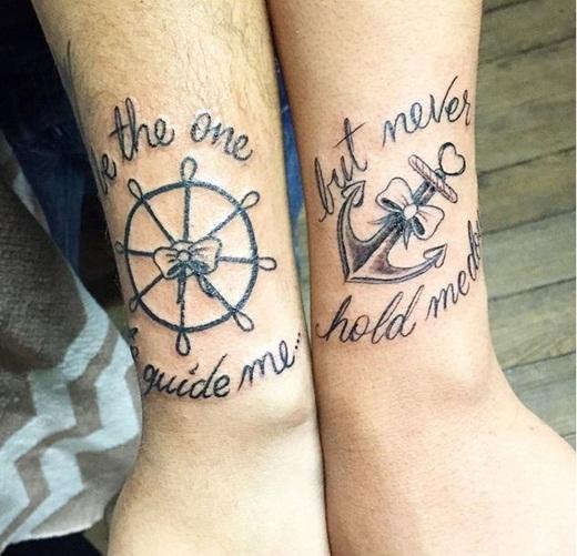 """Hoặc hai bạn có thể xem xét đến một ý tưởng khác về hình xăm và bánh lái thuyền cùng với câu trích dẫn đầy ý nghĩa """"Bạn là người dẫn đường cho tôi và là người không bao giờ để tôi thất vọng""""."""