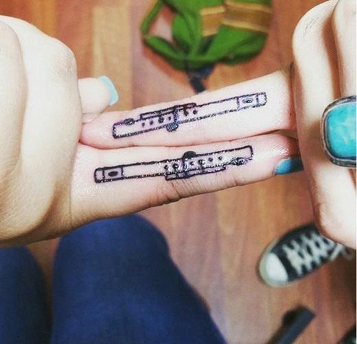 Đối với hai người bạn này, họ đã chọn xăm hình cây sáo lên ngón tay để gợi nhớ lại lần đầu gặp mặt nhau của mình là ở trong ban nhạc trường.