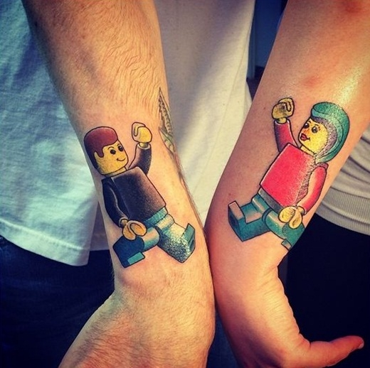 Hai bạn trai cũng có thể chọn hình xăm lego dễ thương để đánh dấu tình bạn của mình.