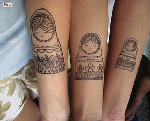 Hoặc nếu tình bạn thân thiết không chỉ giữa hai cô gái mà ba hoặc thậm chí là bốn cô gái với nhau, các bạn có thể in hình búp bê Matryoshaka truyền thống của Nga với kích cỡ nhỏ dần như thế này.