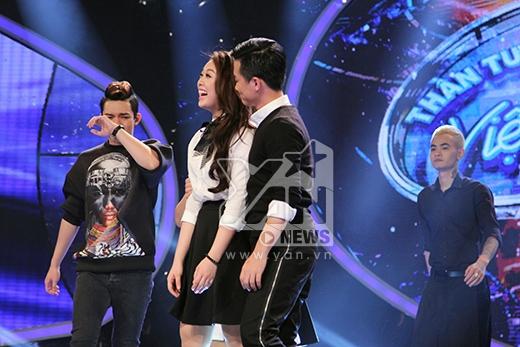 Nguyễn Duy xúc động khóc ngay trên sân khấu khi được lọt vào vòng trong.