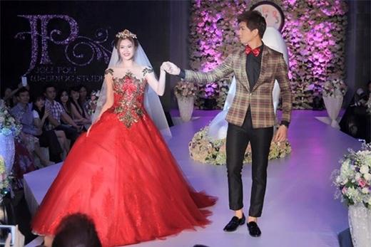 Trương Quỳnh Anh vàTim hạnh phúc trên sàn diễn váy cưới.