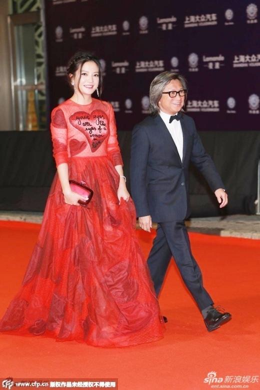 Triệu Vy lúng túng chỉnh váy vì sợ sự cố trên thảm đỏ