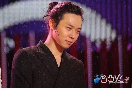 Giờ đây, chắc có lẽ hình ảnh Yoochun để tóc dài và cột cao sẽ không có cơ hội xuất hiện lần nữa sau khi nam thần tượng quyết định rẽ hướng sang phim ảnh.