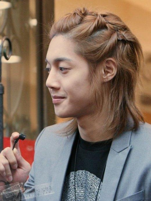 Khi còn là thành viên của SS501, Kim Hyun Joong luôn thu hút mọi ánh nhìn với vẻ ngoài điển trai cùng mái tóc dài ngang vai luôn được cột cao.