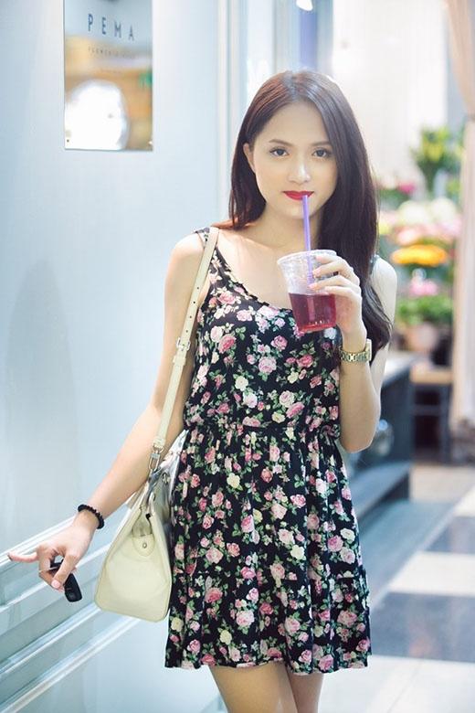 Hương Giang Idol nữ tính trong chiếc váy hoa ngắn với những họa tiết hoa hồng nổi bật trên nền đen.