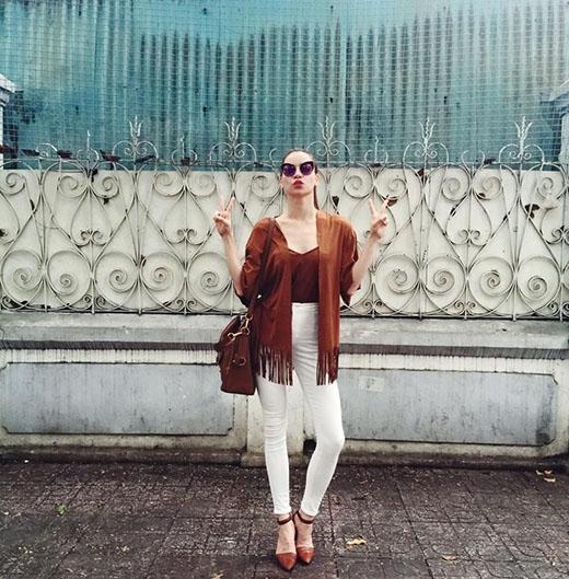 Nữ hoàng giải trí Hồ Ngọc Hà phối legging trắng với áo hai dây cùng áo khoác kimono tua rua cách điệu bên ngoài trong buổi offline gặp gỡ fan hâm mộ.