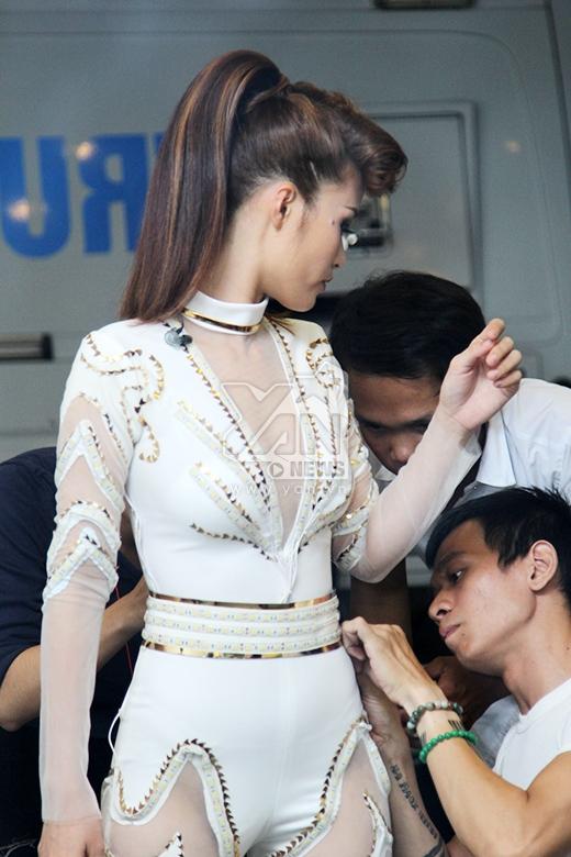 Đông Nhi đầy lo lắng khi gặp trục trặc trang phục - Tin sao Viet - Tin tuc sao Viet - Scandal sao Viet - Tin tuc cua Sao - Tin cua Sao