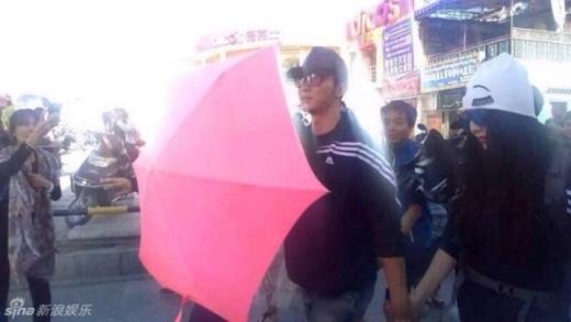 Phạm Băng Băng - Lý Thần công khai tình tứ giữa phố