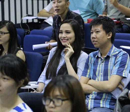 Hoa hậu Diễm Hương dành rất nhiều sự quan tâm cho buổi hội thảo hôm nay. - Tin sao Viet - Tin tuc sao Viet - Scandal sao Viet - Tin tuc cua Sao - Tin cua Sao
