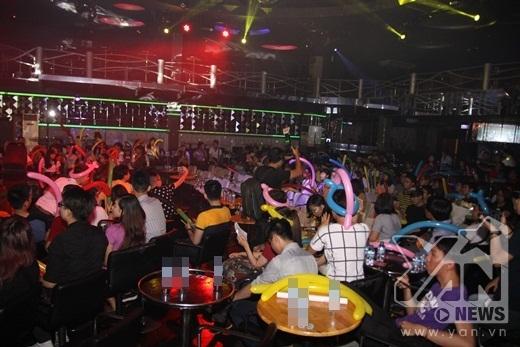 Dù không phải là buổi offline mừng sinh nhật nhưng vẫn thu hút hàng trăm khán giả, những người luôn bên cạnh và ủng hộ choHồ Ngọc Hà - Tin sao Viet - Tin tuc sao Viet - Scandal sao Viet - Tin tuc cua Sao - Tin cua Sao