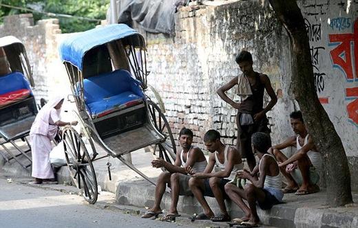 Mặc dù được cảnh báo là nắng nóng gây chết người, nhưng nhiều người lao động nghèo vẫn bất chấp nguy hiểm làm việc dưới cái nóng lên đến 50 độ C.