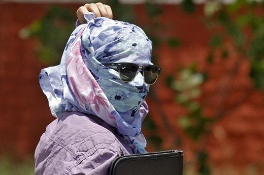 Cơ quan chức năng khuyến cáomọi người tránh ra nắng, che đầu nếu phải đi ra ngoàivà uống thật nhiều nước.