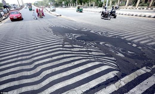 Kinh hoàng hơn, hàng loạt mặt đường bị chảy nhựa vì nắng nóng. Đây cũng chính là nguyên nhân gây ra nhiều vụ tai nạn giao thông nghiêm trọng ở Ấn Độ