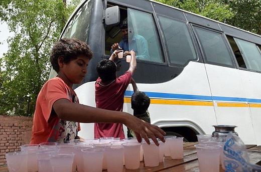 """Thủ tướng Ấn Độ - Narendra Modi vừa lên tiếng kêu gọi tất cả mọi người """"tự chăm sóc bản thân trong đợt nắng nóng này"""".Ấn Độ đang mong chờ những cơn mưa do gió mùa mang đến."""
