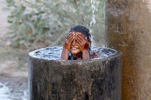 """Và trong ngày 31/5, một số cơn mưa """"vàng"""" rải rác đã xuất hiện tại một số bang ở Ấn Độ mang lại nguồn nước cần thiết và tạm làm dịu đi cái nóng gay gắt trong những tuần qua."""