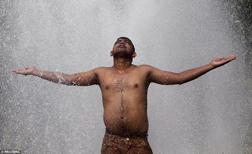Tuy nhiên số người chết vì nắng nóng vẫn tiếp tục tăng cao trong khi Cơ quan thời tiết quốc gia cảnh báo rằng nhiệt độ tại các vạt rừng phía nam, phía tây và phía bắc Ấn Độ sẽ tăngđến 45 độ C trong những ngày tới.