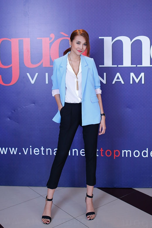 Ở vòng thi này, Thanh Hằng đã chọn cho mình phong cách thời trang tối giản thanh lịch nhưng không kém phần năng động.