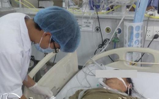 Bệnh nhân bị say nắng đang được điều trị tại khoa Cấp cứu, Bệnh viện Bạch Mai.