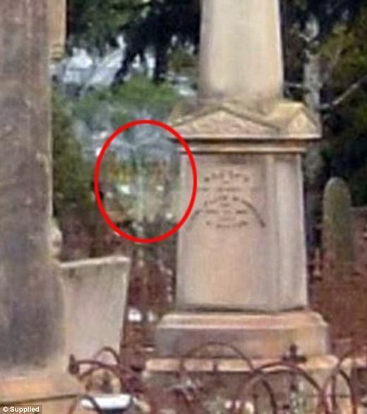 Rùng rợn hồn ma váy đỏ lang thang ở nghĩa địa trong nhiều năm