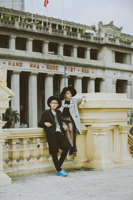 Ngôi sao thời trang 2013 Hoàng Trung mặc dù diện cả cây đen nhưng đôi giày màu sắc tươi trẻ đã khiến anh chàng trông dễ thở hơn và cũng ấn tượng hơn.