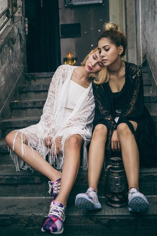 Sự kết hợp của những trang phục cổ điển và giày thể thao màu sắc đã đem đến một không khí vừa hoài niệm, lại vừa đầy sức trẻ trong bộ ảnh này của stylist Kanta