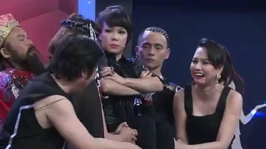 Đinh Ngọc Diệp cũng tham gia trò nhấc bổng Việt Hương bằng 2 ngón tay.