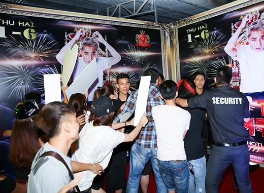 Viễn Thiện bị những người được cho là fan của Sơn Tùng M-TP vây quanh.