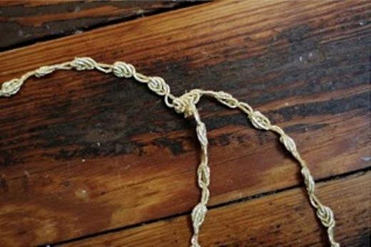Tiếp đến, hãy đo và cắt một đoạn ren nữa sao cho đoạn ấy có thể nối từ trước ra sau vòng dây mà vẫn vừa vặn với đầu của bạn rồi may lại.