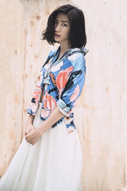 Huỳnh Nu làm nổi bật chiếc áo họa tiết xanh, cam khi kết hợp cùng chân váy xòe xếp li tone trắng.
