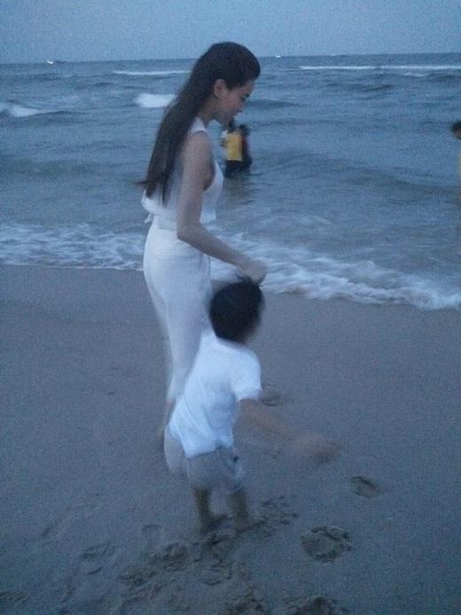 Hồ Ngọc Hà luôn dính như hình với bóng cùng cậu con trai cưng.