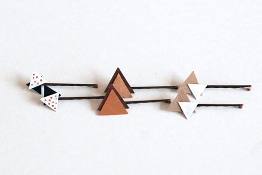 Chỉ cần cắt những mảnh ván ép thành những hình tam giác be bé, sơn phết một chút với những sắc màu nổi bật rồi kết hợp lại là bạn đã có thể tung tăng xuống phố rồi. Thử nghía qua những mẫu kẹp tóc đơn giản này nhé!