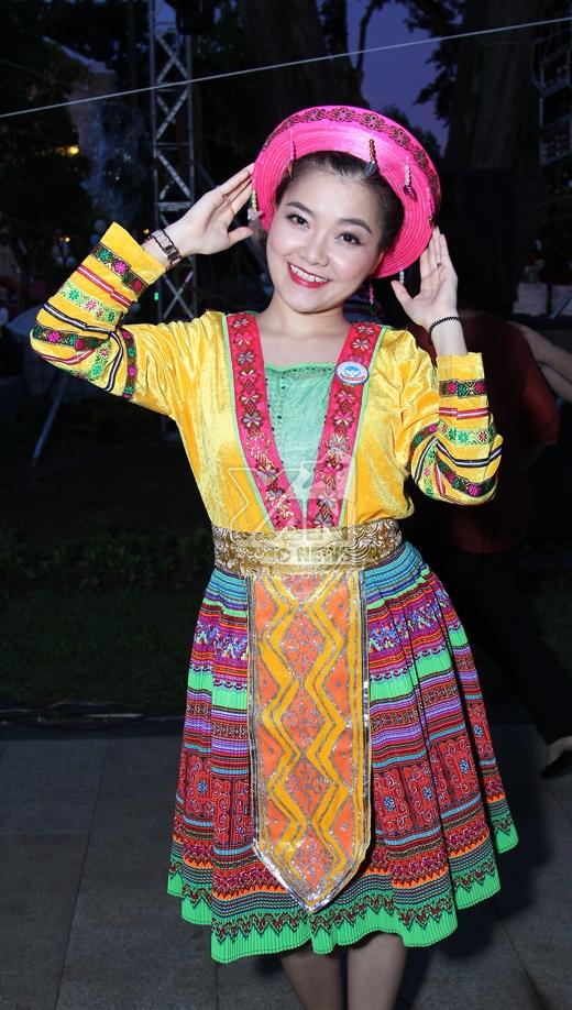 Thanh Ngọc duyên dáng trong bộ trang phục người dân tộc.Cô cũng tham gia trình diễn một ca khúc mang âm hưởng núi rừng Tây Bắc - Tin sao Viet - Tin tuc sao Viet - Scandal sao Viet - Tin tuc cua Sao - Tin cua Sao