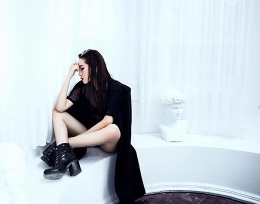 Vẫn với sắc đen, cô nàng trở nên gợi cảm hơn trong chiếc dress shirt được xẻ tà khá táo bạo.