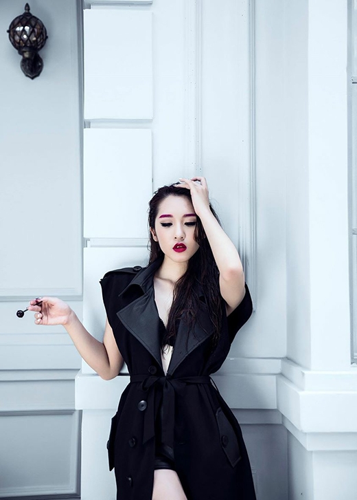 Emilynửa hở nửa kín trong chiếc áo măng tô phom dài để lộ phần nội y bên trong.