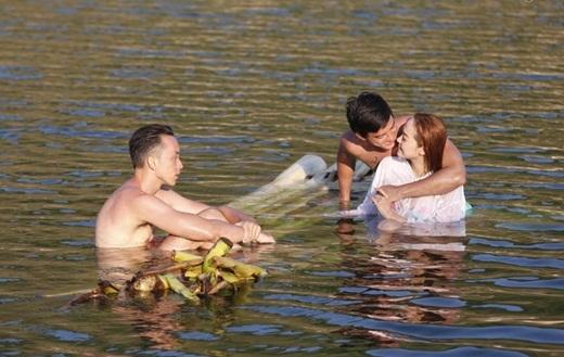 Minh Hằng và Tiến Vũ vô tư đùa nghịch giữa hồ nước rộng lớn. Cả hai dành cho nhau ánh mắt trìu mến và yêu thương. - Tin sao Viet - Tin tuc sao Viet - Scandal sao Viet - Tin tuc cua Sao - Tin cua Sao